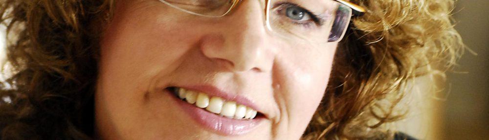 Susanne Boehling trägt Brille und hat Locken