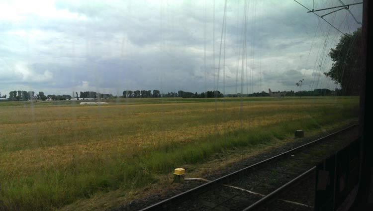 Aus der K-Bahn der Blick über die weite Landschaft zwischen Krefeld und Düsseldorf