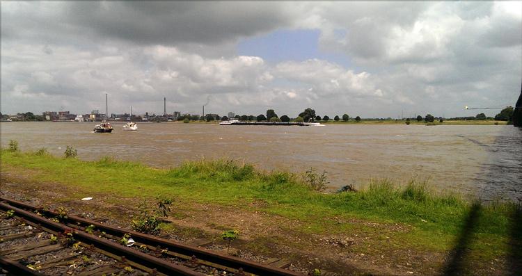 Breit ist der Rhein bei einem Wasserstand über sieben Meter in Krefeld Uerdingen. Fotografiert von Susanne Böhling