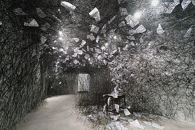 A Long Day ist ein Kunstwerk der Japanerin Chiharu Shiota. Wollfäden sind kreuz und quer durch einen Raum gespannt. Sie tragen Papierbögen und verbergen einen Tisch und einen Stuhl. Susanne Böhling fühlte sich in dem Raum geborgen