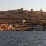 Die Windmühlen von Halki vom Boot aus
