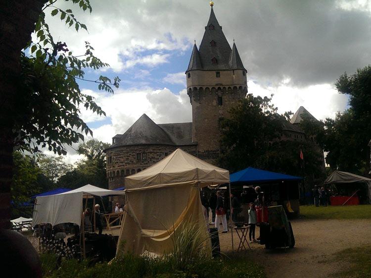Schloss Huelchrath in Grevenbroich ist eine imposante Burg