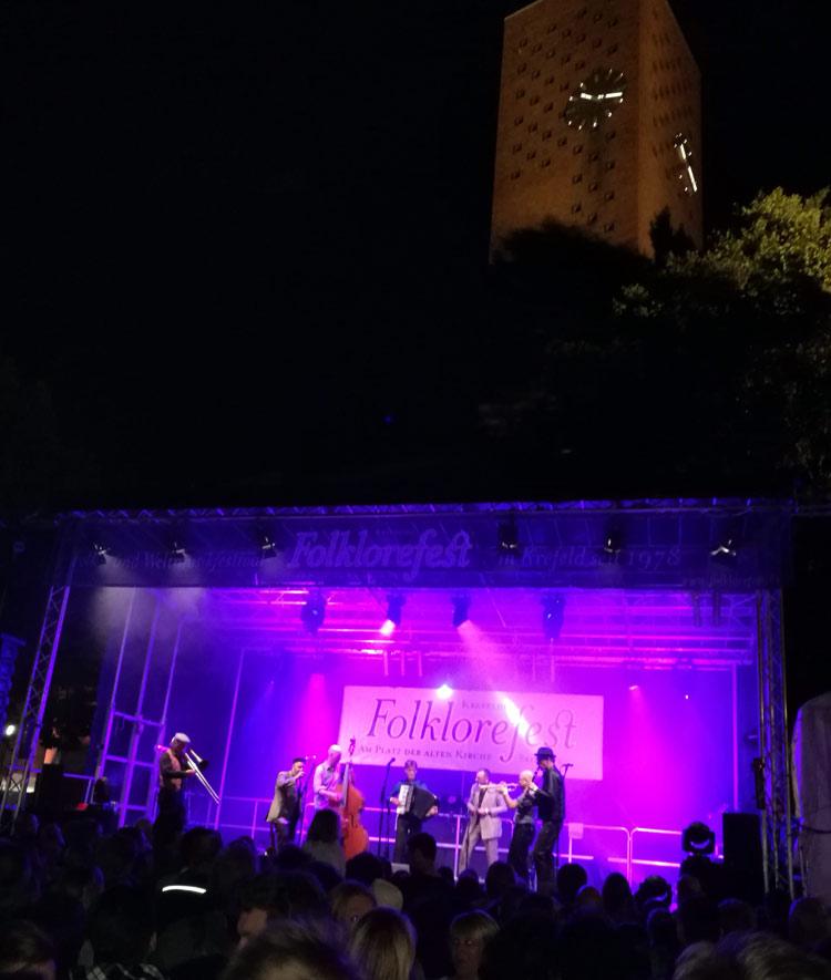 Im Dunkeln, der Auftritt der Amsterdam Klezmer Band