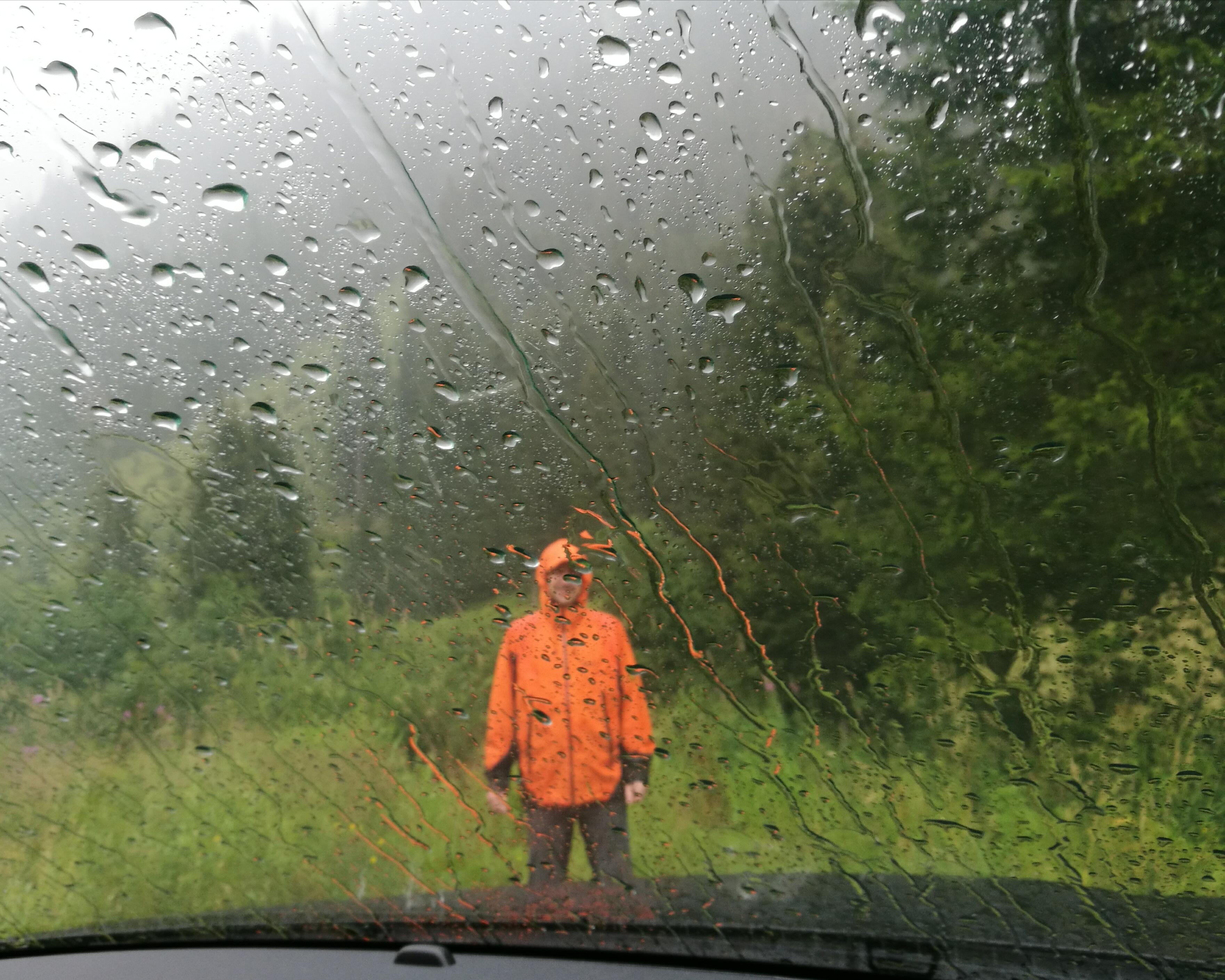 Blick durch die Windschutzscheibe bei Regen in Gargellen