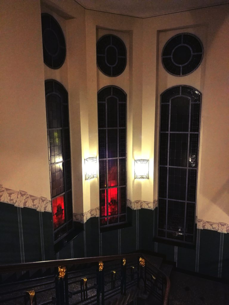 Die Glasfenster im Bockumer Rathaus haben Blumenmuster
