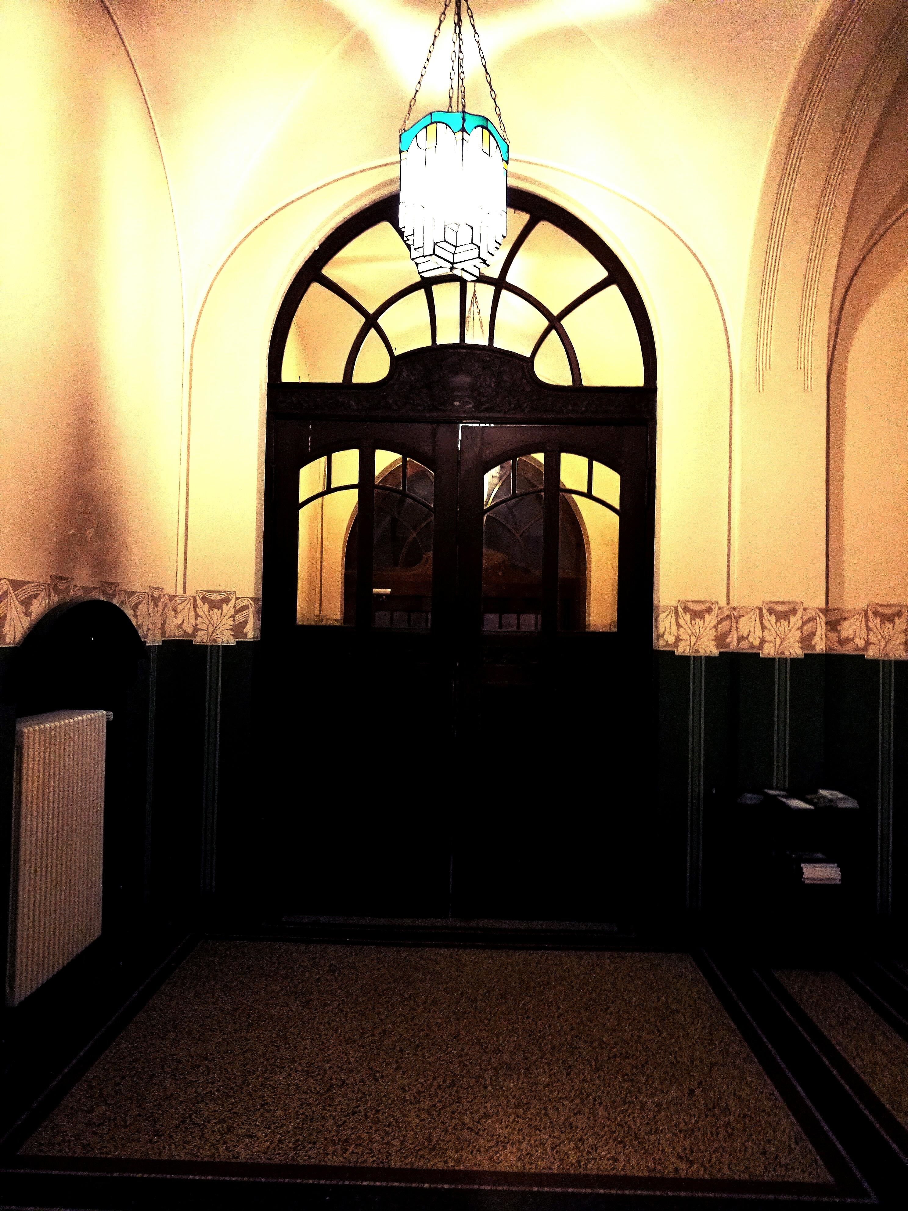 reich beschnitztes Portal im Bockumer Rathaus