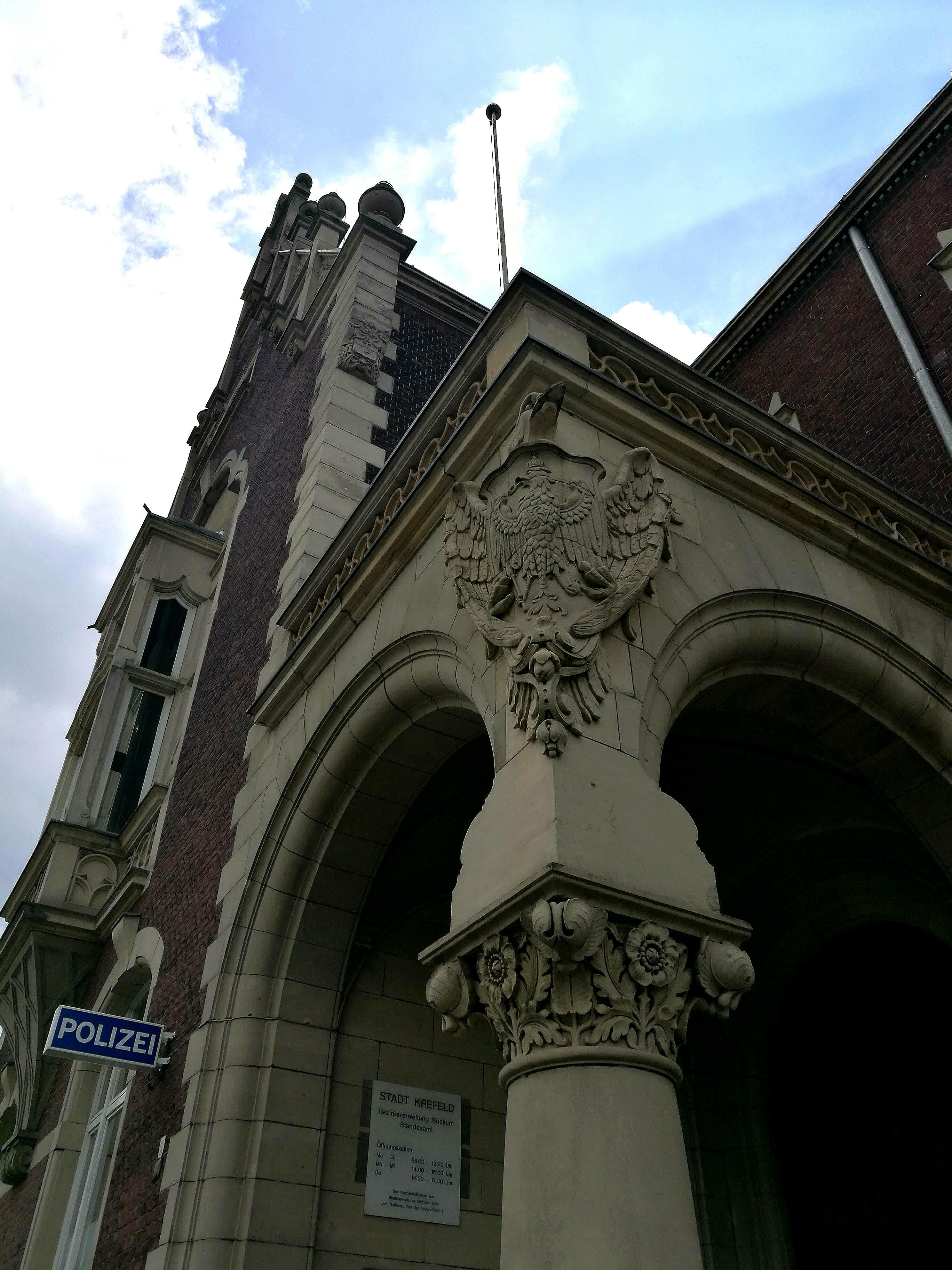 Doppeladler an der Säule des Bockumer Rathauses
