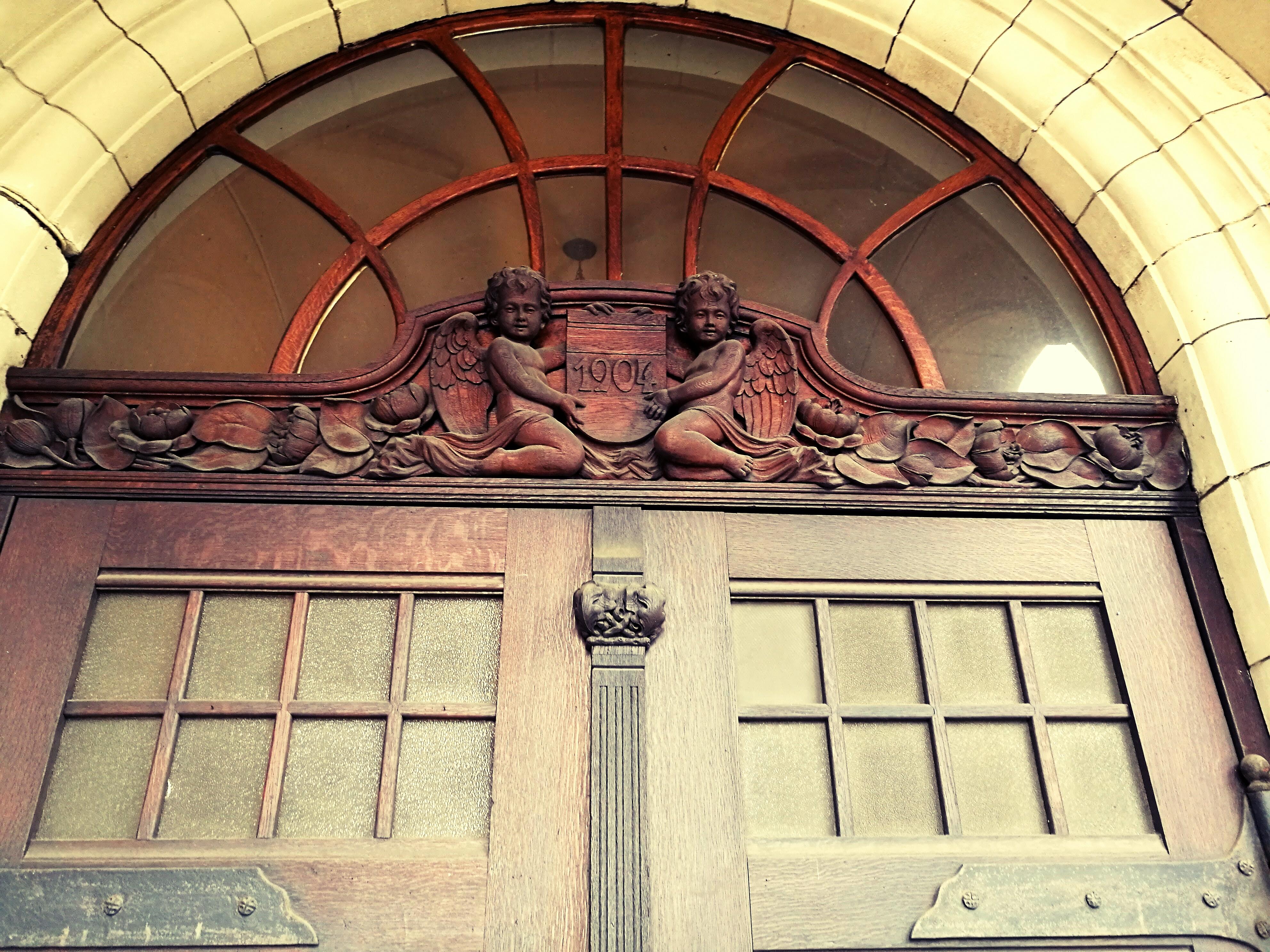 Schnitzerei an der Eingangstür zum Bockumer Rathaus