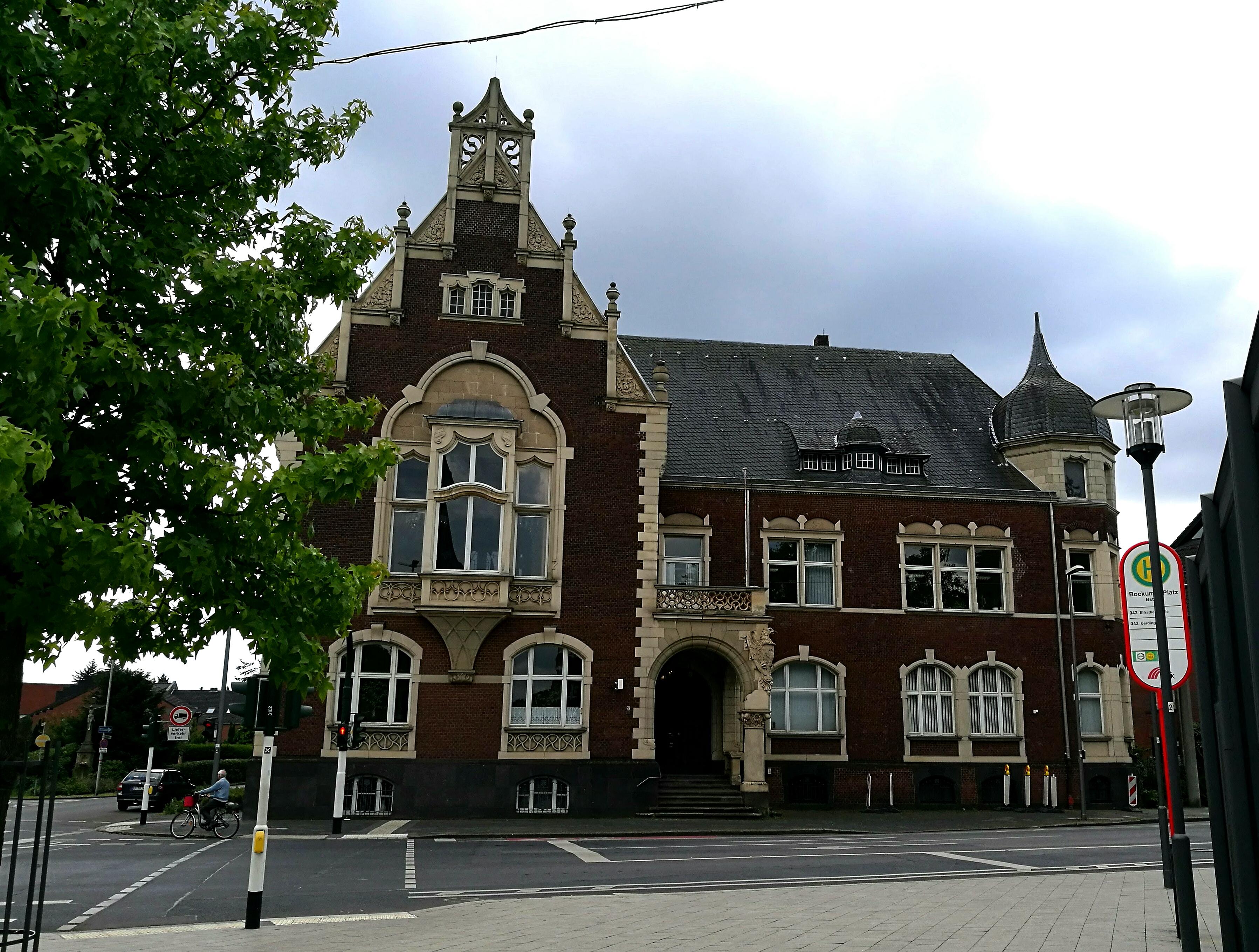 Das Bockumer Rathaus von der Straße aus