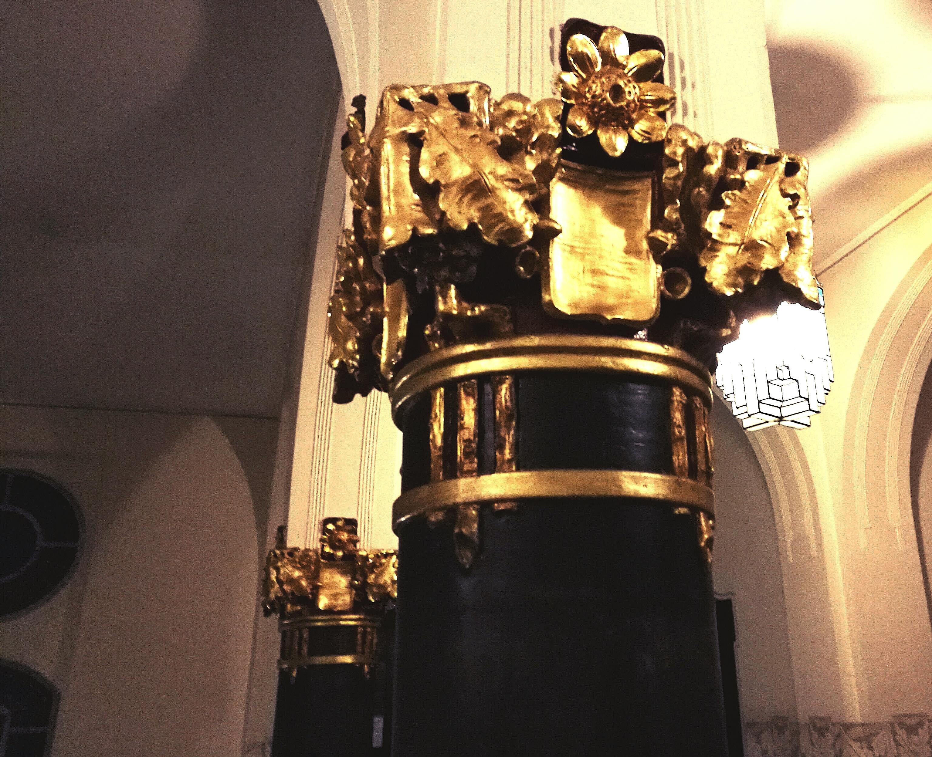 Vergoldete Ornamente an den Säulen