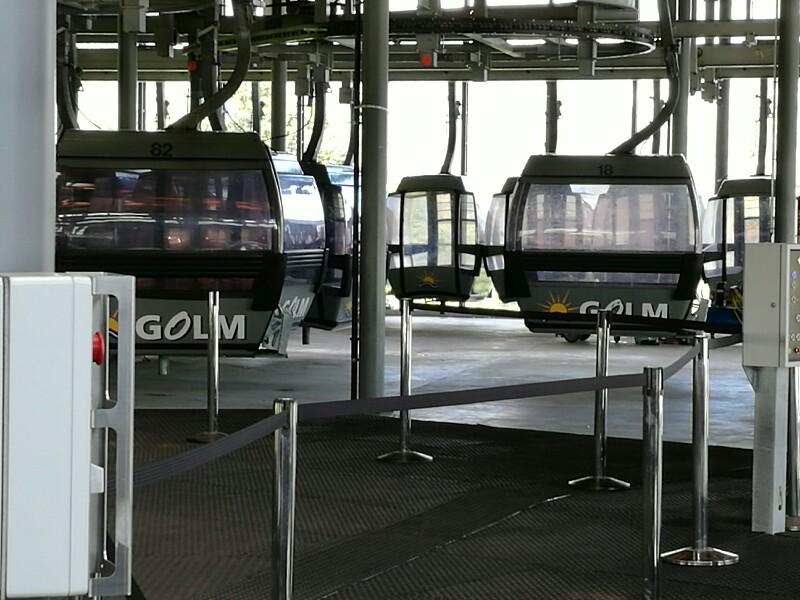 Einige Gondeln sind im Betrieb, eine weitaus größere Anzahl wartet auf ihren Einsatz während der Skisaion