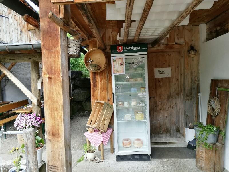 Blick auf den Kühlschrank mit dem Käse zum Mitnehmen - wieder umgeben von liebevollen Details