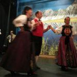Ein Tanz, bei dem ein Mann mit zwei Frauen tanzen darf