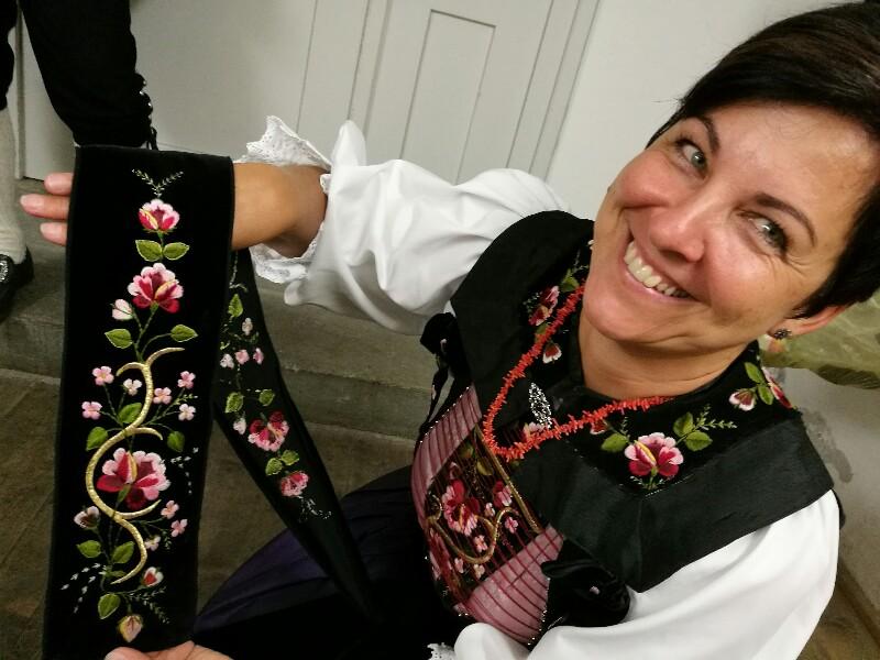 Stolz zeigt Priska Ganahl die Stickerei auf den Schürzenbändern aus Samt © Foto Susanne Böhling