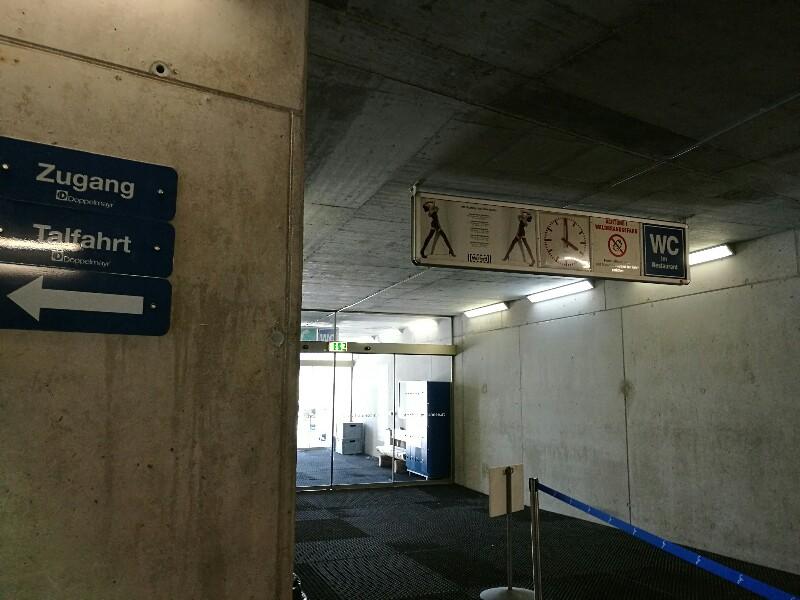 Die Werbung in der Bergstation erinnert mich wieder an einen S-Bahnhof. Das Schuhwerk der Dame ist nicht gerade Berg tauglich