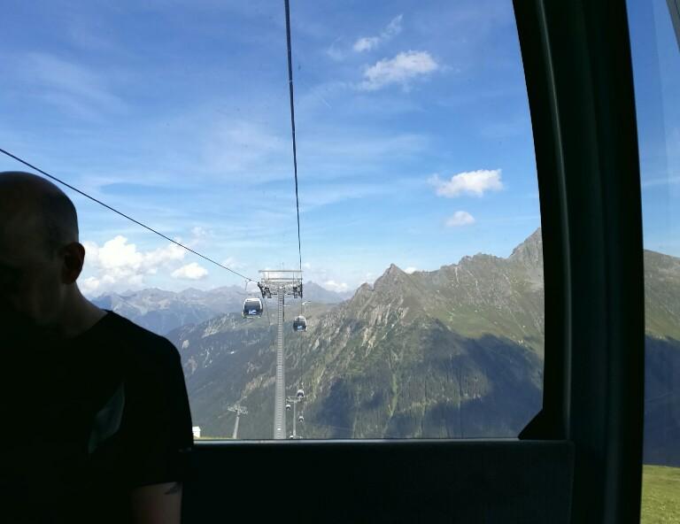 In der Gondel der Schafbergbahn genieße ich einen letzten Blick auf die schöne Bergwelt