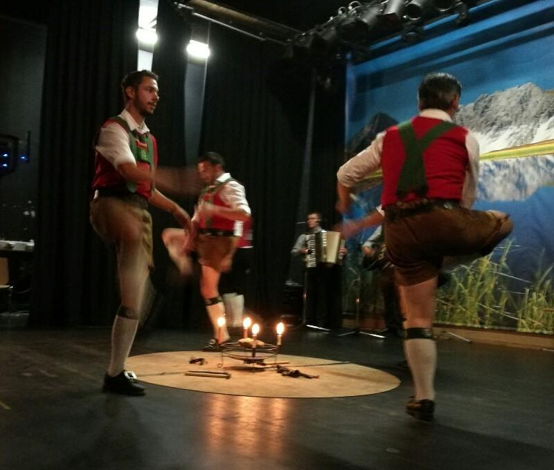 Beim Schuhplatteln zeigen die Männer ihre Kraft und ihr Rhythmusgefühl. © Foto Susanne Böhling