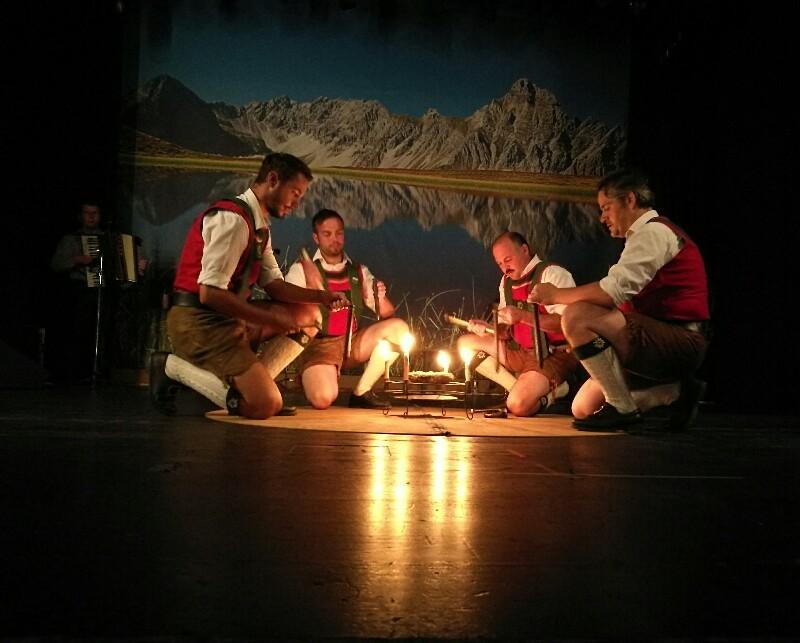 Um ein Feuer herum wird mit Hammer und Meißel Musik gemacht