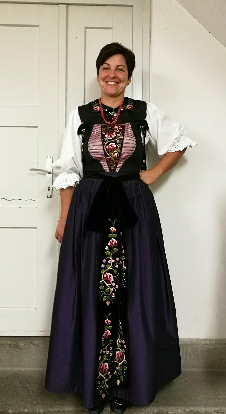 Priska Ganahl, Tänzerin und Vereinsvorsitzende präsentiert stolz ihre Montafoner Tracht © Foto Susanne Böhling