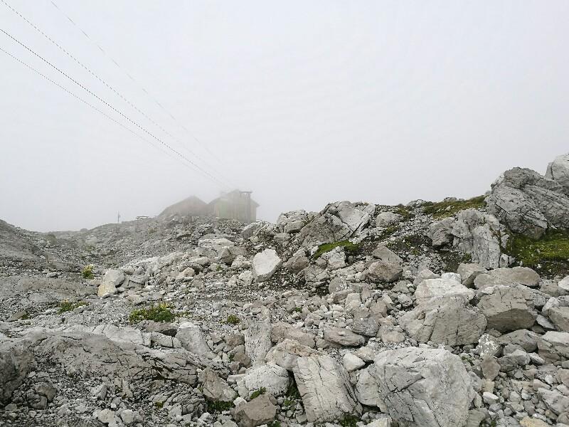 Die Totalphütte oberhalb des Lünersees im Nebel der tiefhängenden Wolken