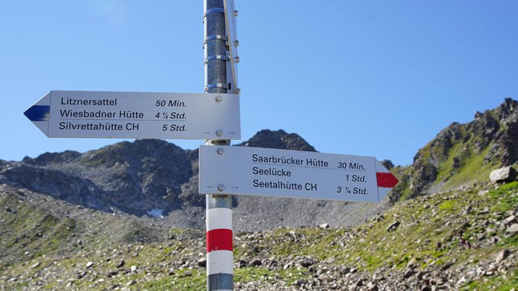 Wegweiser zum Litznersattel und zur Saarbrücker Hütte