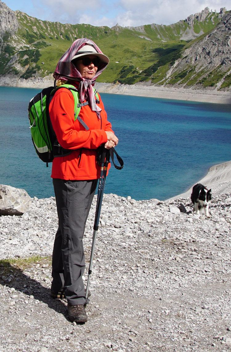 Susanne in Hut und Schal über dem Lünersee