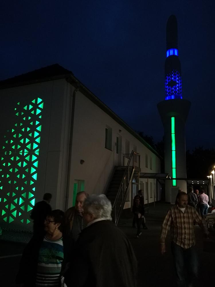 Das Minarett im Dunkeln. Die Gemeinde hat darauf geachtet, dass es niedriger ist als der Kirchturm