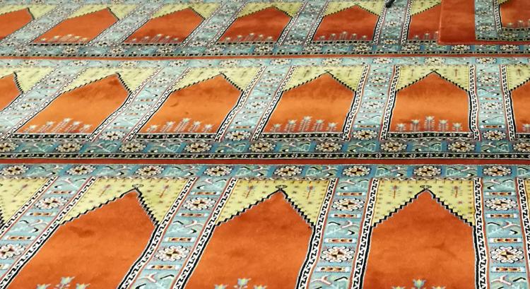 Ein Rechteck auf dem Teppich bedeutet den Platz, der jedem betenden Mann zusteht