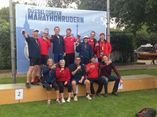CRC und UeRC trinken nach dem Rheinmarathon ein Bier