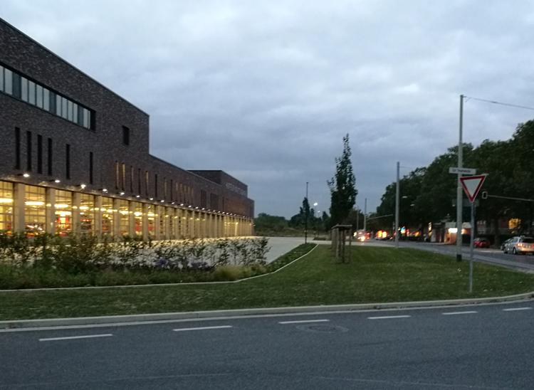 Die neue Krefelder Feuerwache in der Abenddämmerung von der Ritterstraße aus