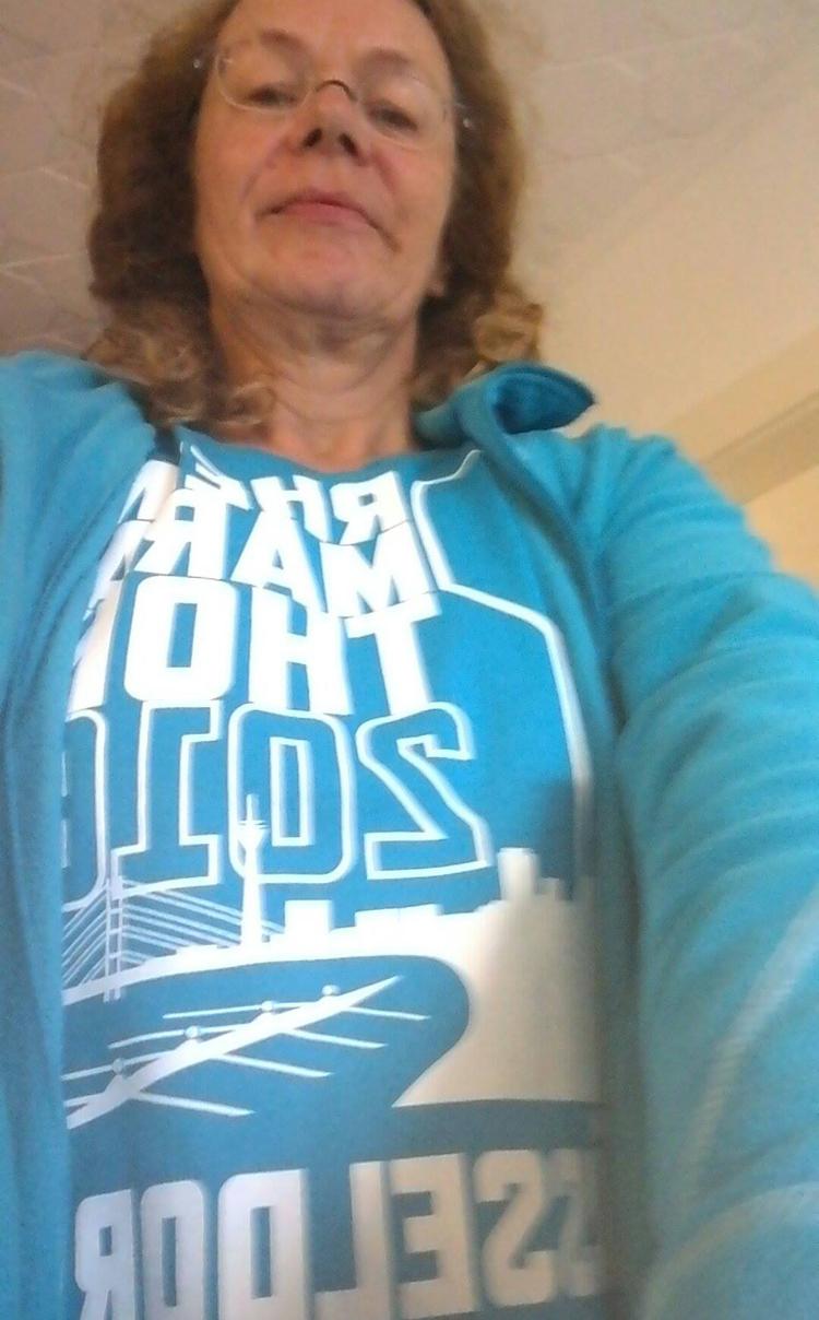 Susanne im Shirt des Rheinmarathons