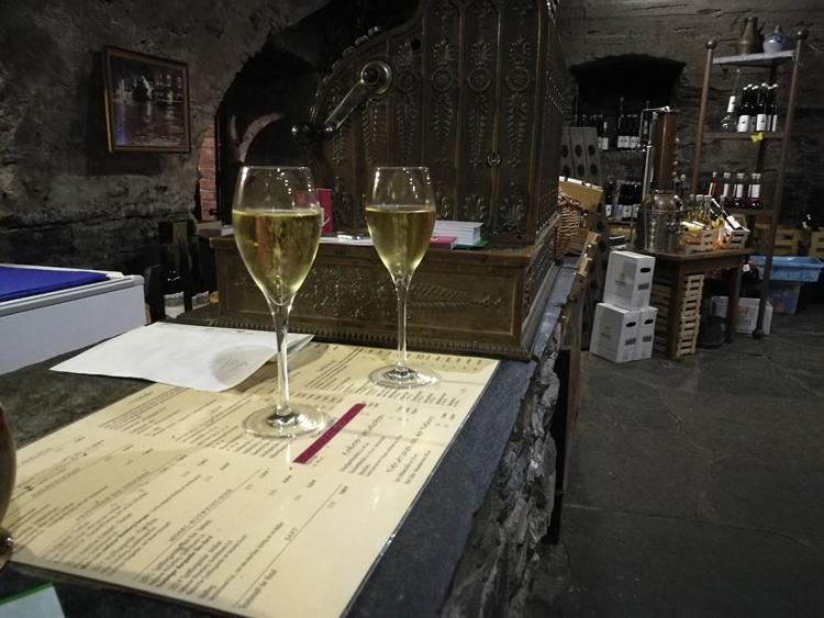 Zum Schluss trinken wir noch bei Stephan Treis ein Glas vom feinen Riesling-Sekt.
