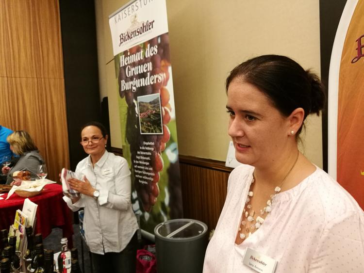 Lena Amann und Marina Löpez vertreten die Winzergenossenschaft Bickensohl auf der WeinDüsseldorf und punkten mit einem geschmackvollen alkoholfreien Sekt.