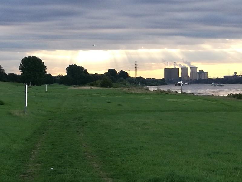 Das Licht der Sonne über dem Rhein bei Krefeld