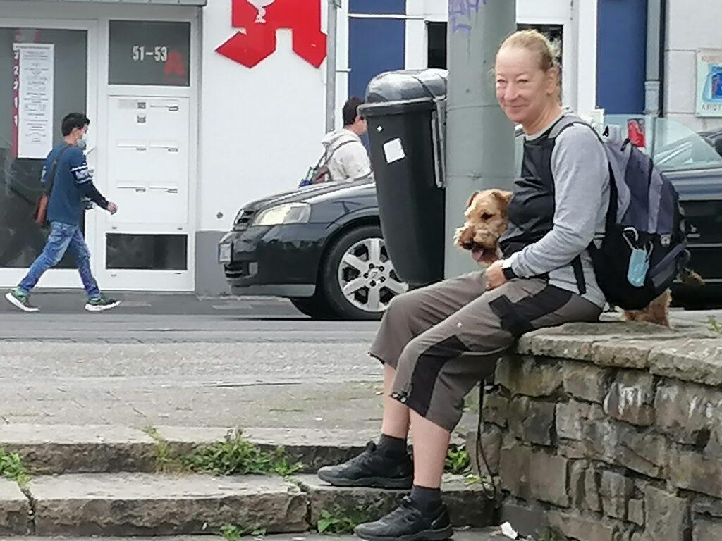 Theo wartet gelassen mit Birgit Foto: © Susanne Böhling